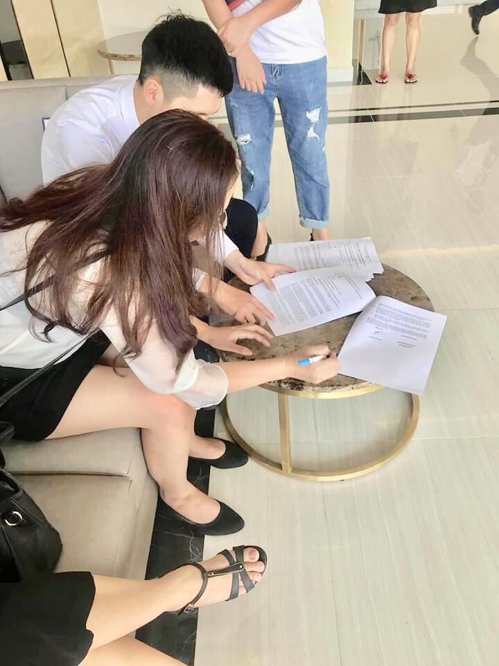 Khách hàng kí kết dịch vụ thi công nội thất trọn gói với NaDu