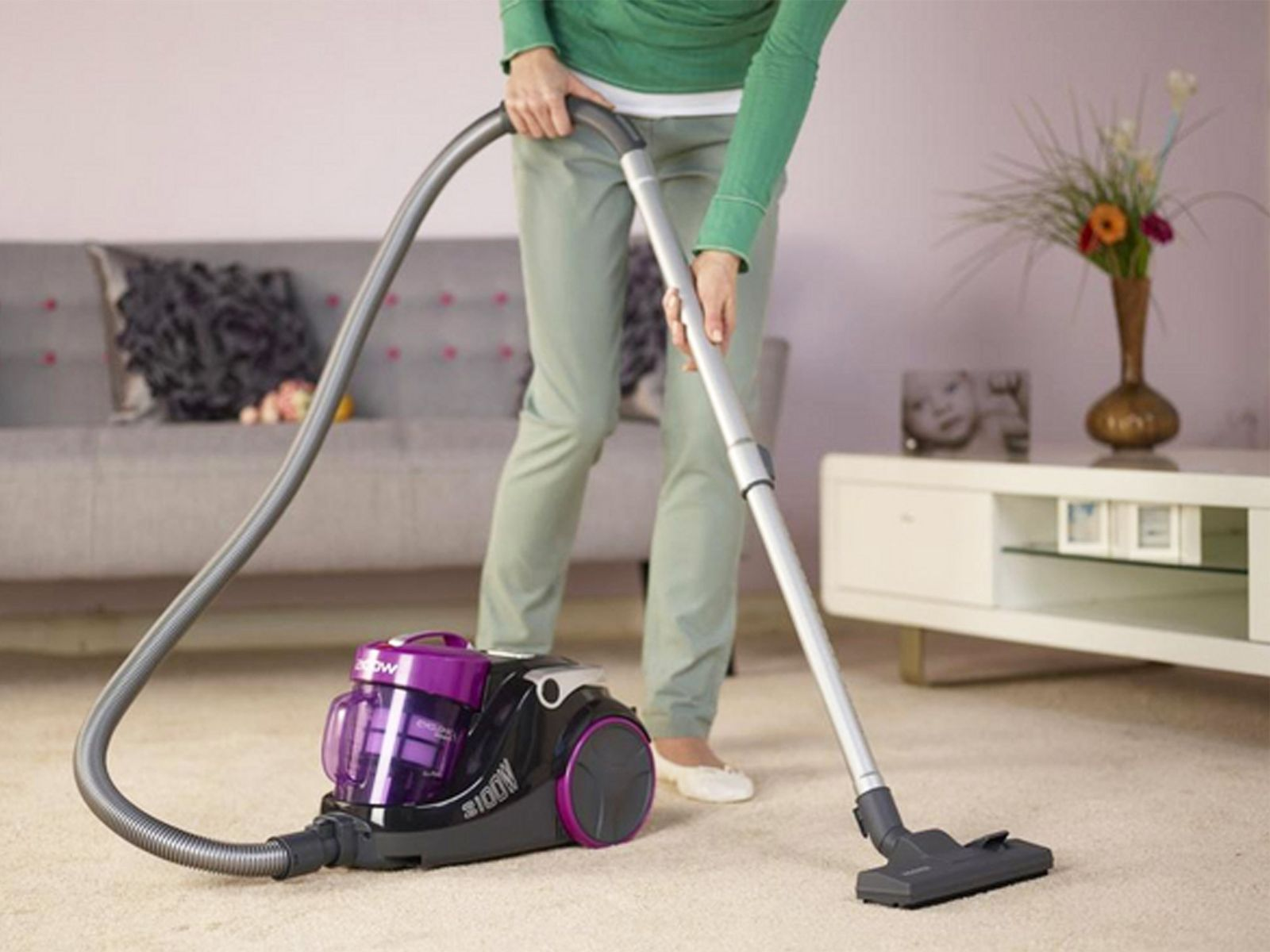 Hút bụi, sau đó lau sạch các mặt sàn