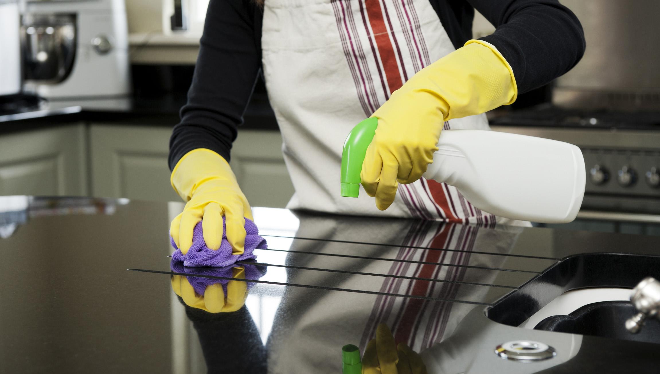 Lau chùi, vệ sinh căn bếp