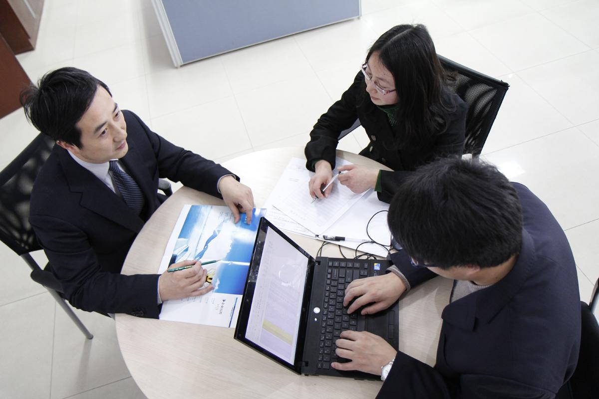 Xưởng sản xuất nội thất, trao đổi với khách hàng hiệu quả
